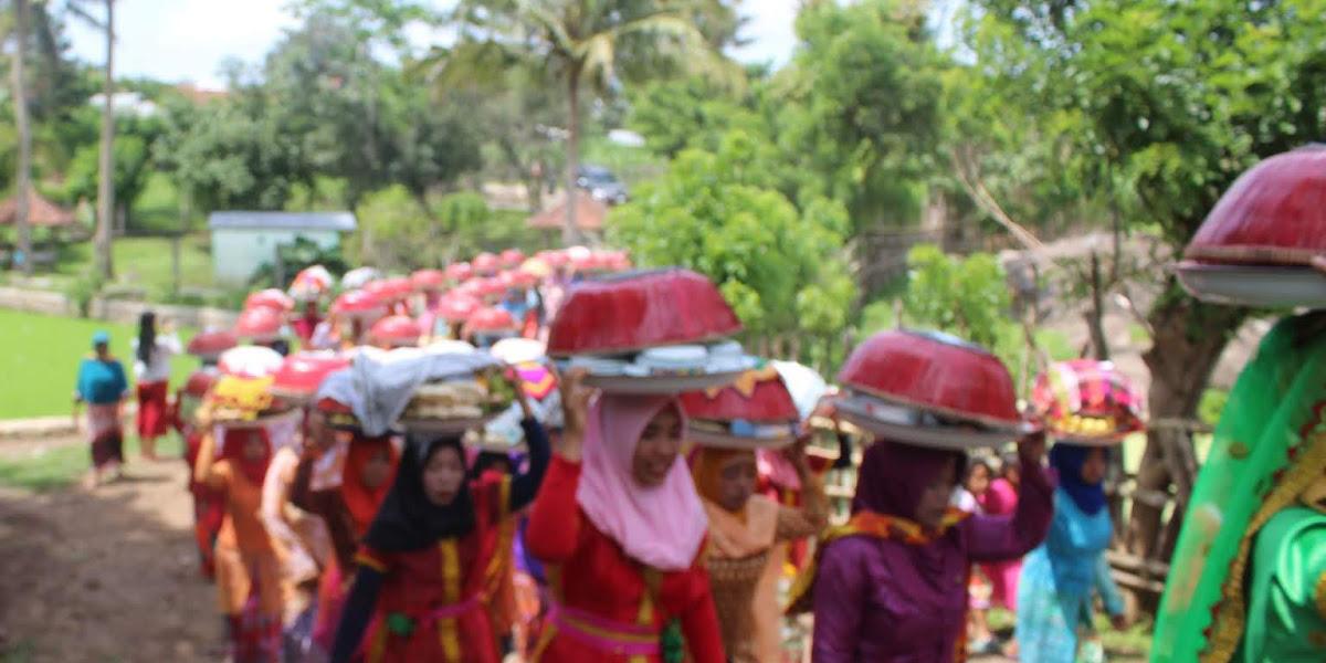 Ilustrasi Sedekah Orong Warga Mantar, Warnai Festival Mantar 2018 (foto: post Kota)