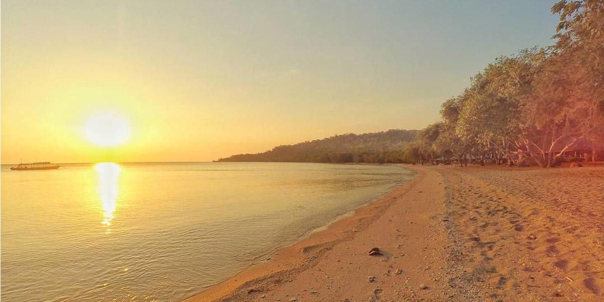 menikmati sunset di pantai Brang Sedo Pulau moyo
